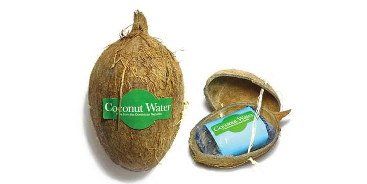 Esta marca comercializa el agua de coco dentro de un empaque que parece un coco real.